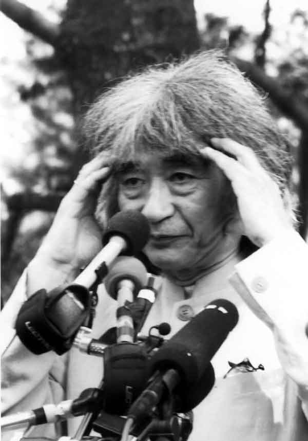 Seiji Ozawa's Tanglewood farewell press conference, July 12, 2002; Photo: Dave Conlin Read